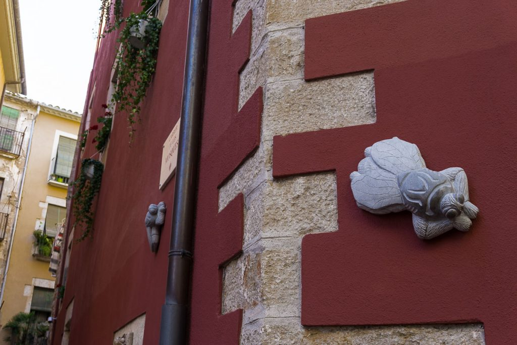 Find the Flies: Kiss the Lion Statue: Best Things to Do in Girona