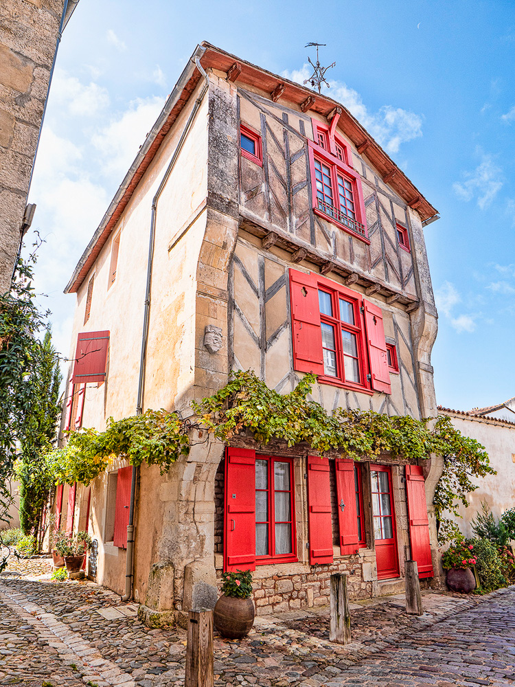 Ile De Re - Road trip in France - Building with red shutters